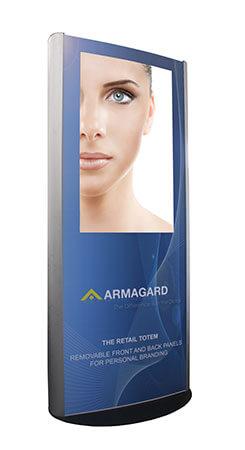Totem multimediali per interni, immagine laterale, con logo Armagard e schermo