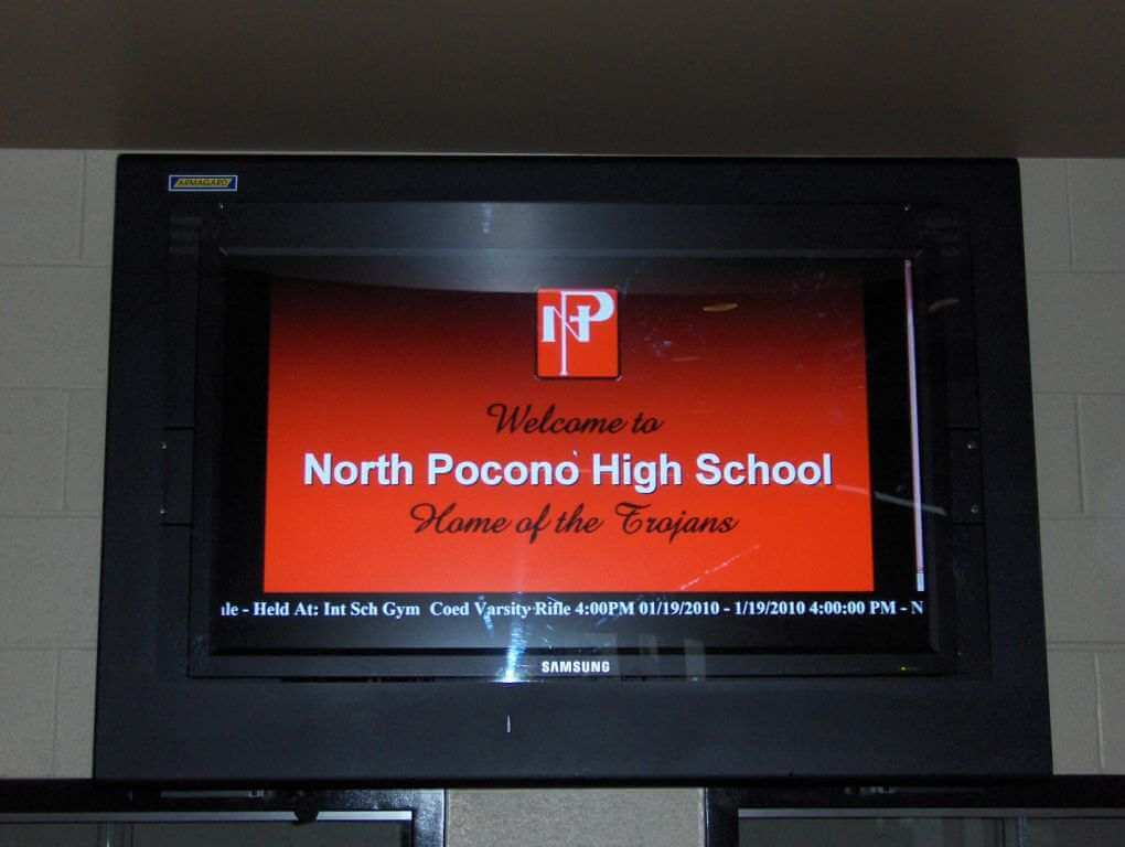 LCD enclosure situato sulla parete interna di una scuola